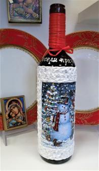 Коледна бутилка с червено вино