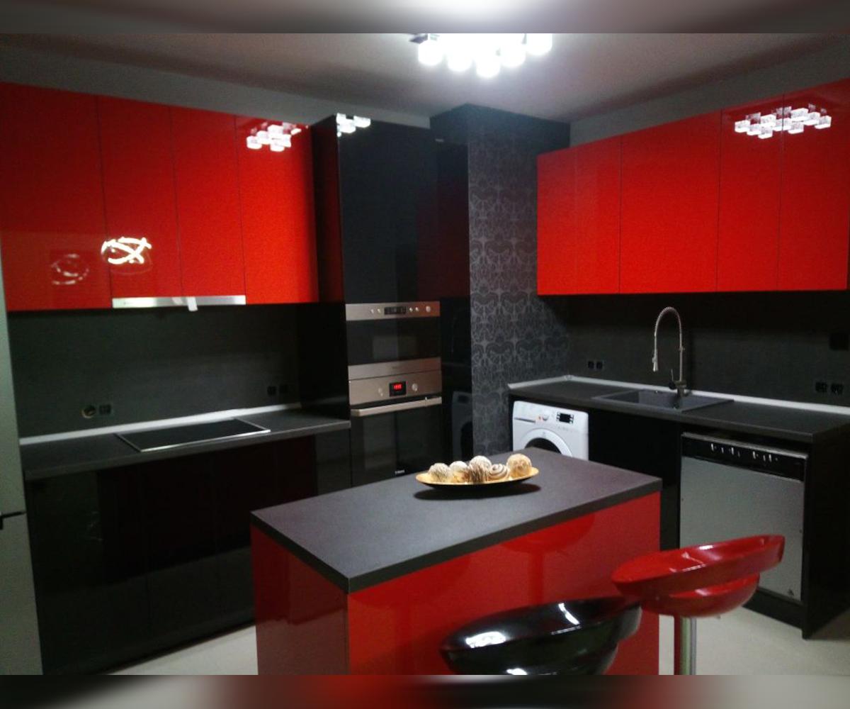 снимка на Кухня по поръчка в червено и черно гланц