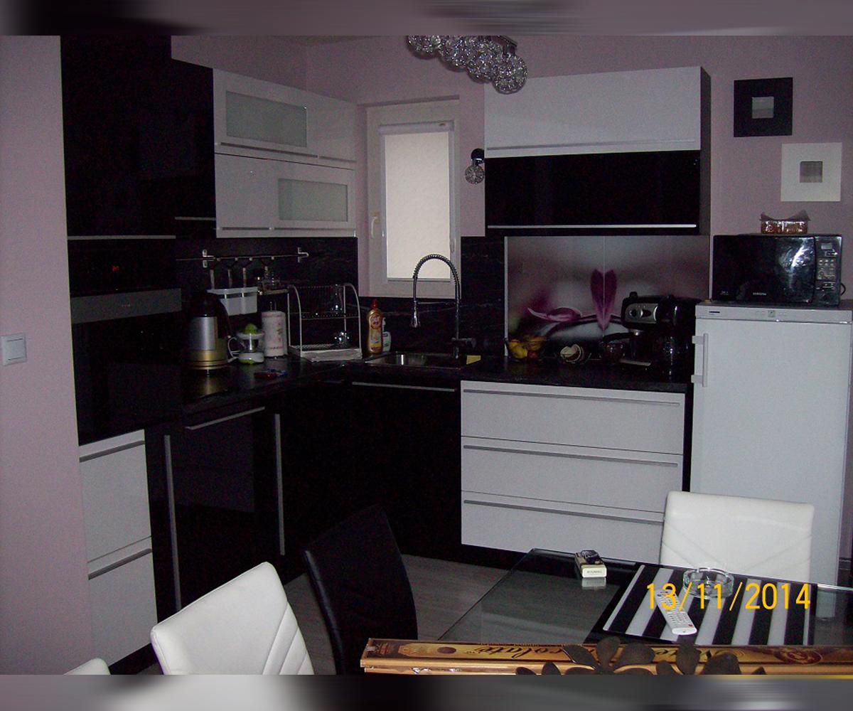 снимка на Кухня по размер в бяло и черно