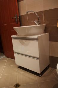 снимка на Водоустойчив шкаф за баня с мивка