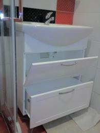 снимка на конзолен  шкаф за баня
