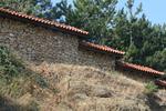 снимка на зидане огради с камъни