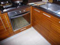 снимка на Кухня от кафеви МДФ, ест. фурнир, зебрано