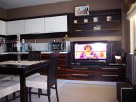 снимка на Кухненски мебели от MDF естествен фурнир и дъб