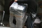 снимка на използване на стреч фолио за опаковане при преместване на обзавеждане
